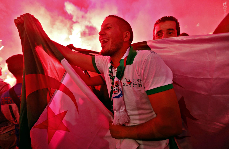 Cổ động viên Algeri mừng chiến thắng, Marseille, 26/06/2014.