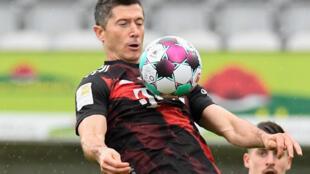 El artillero polaco del Bayern Múnich Robert Lewandowski, durante el partido de la Bundesliga en el que marcó su gol 40 de la temporada para arrebatarle el récord a Gerd Müller en Friburgo el 15 de mayo de 2021