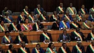 Wabunge wa Cote d'Ivoire wakati ikiwasilishwa rasimu ya mageuzi ya Katiba Oktoba 5.