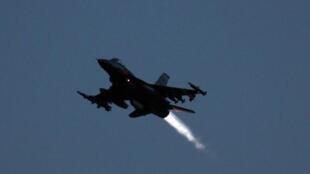 Um jet F16 decola de uma base de Otan.