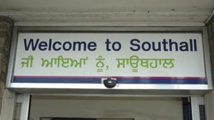 Southall est un quartier de Londres qui compte environ 40 000 personnes d'origine indienne et pakistanaise. Il est surnommé «Little India». Ici, l'inscritption de bienvenue est traduite en pendjabi, une des langues parlées en Inde et au Pakistan.