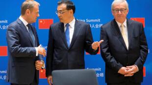 Từ trái : Chủ tịch Hội Đồng Châu Âu Donald Tusk, thủ tướng TQ Lý Khắc Cường, CHủ tịch Ủy Ban Châu Âu Jean-Claude Juncker, tại thượng đỉnh EU-Trung Quốc ngày 02/06/2017 Bruxelles, Bỉ.