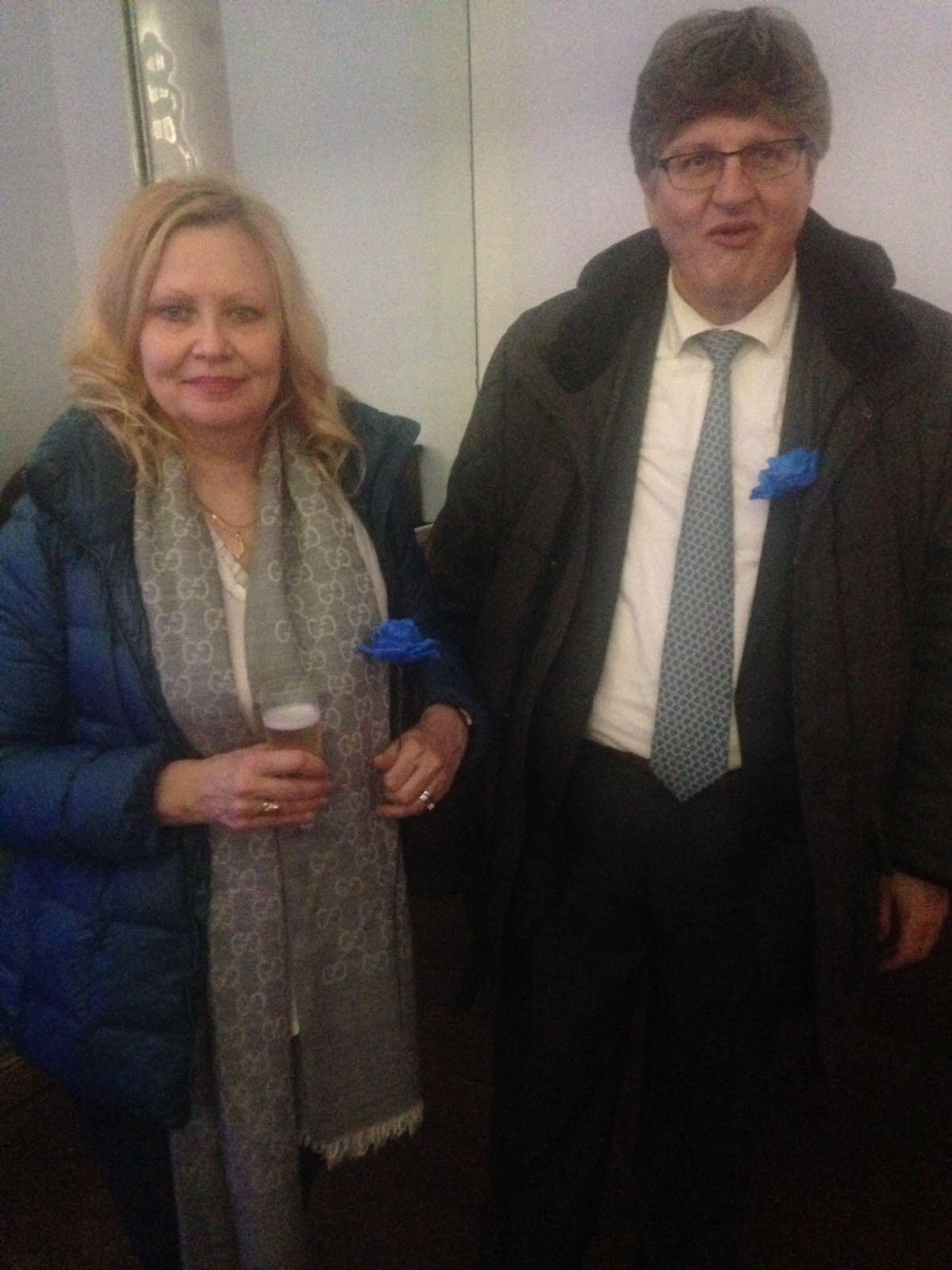 Eleitores de Marine Le Pen carregaram nas mãos ou nas lapelas rosas azuis, símbolo da campanha presidente da líder da Frente Nacional.