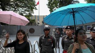 2016年10月5日,一些泰国学生在中国驻曼谷大使馆门前举伞集会,抗议泰国海关受中方压力阻止香港学运领袖黄之锋入境。