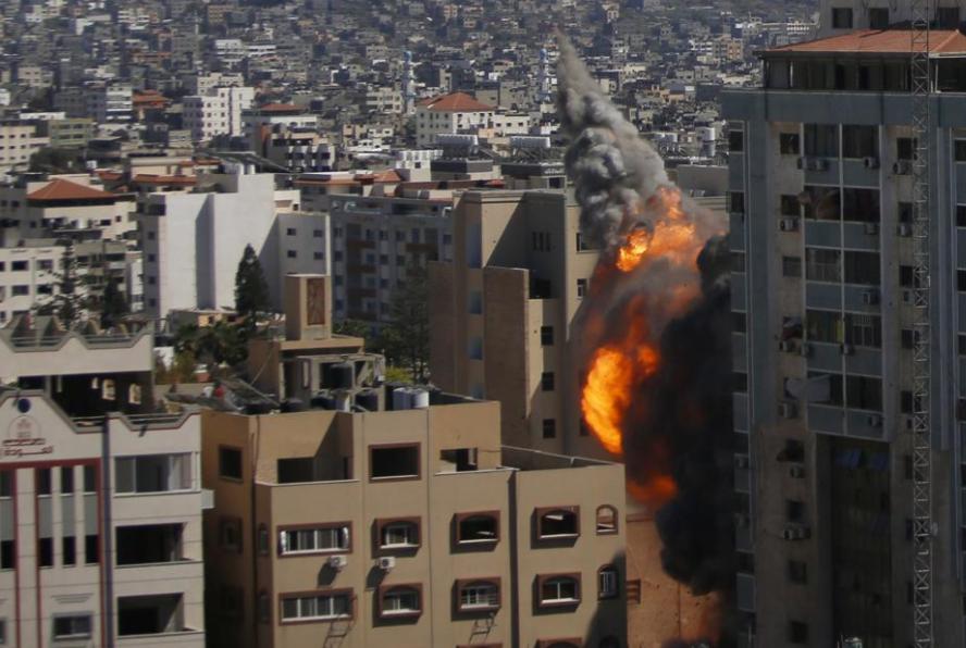 加沙地帶媒體大樓遭遇導彈襲擊瞬間
