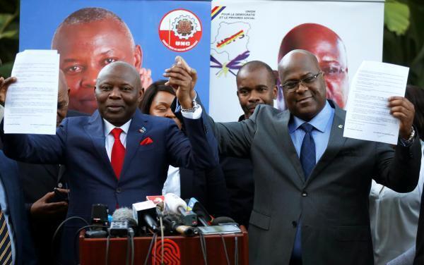 Felix Tshisekedi (kulia), kiongozi wa chama cha UDPS na Vital Kamerhe (kushoto), kiongozi wa chama cha UNC, jijini Nairobi (Kenya) Novemba 23 ambapo walifikiana kuunda muungano ... kwa miaka kumi.