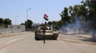 Um tanque circulando pelas ruas de Aden nesta sexta-feira.