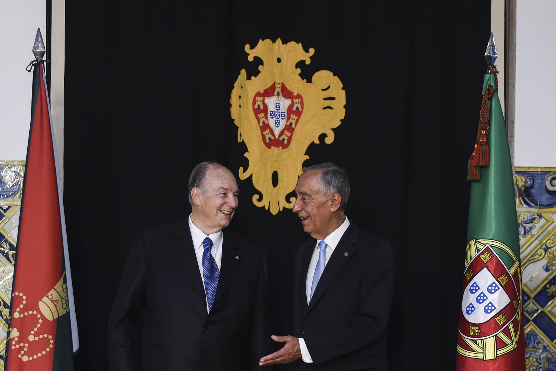 Le président portugais Marcelo Rebelo de Sousa, à droite, accueille le prince Karim Aga Khan IV dans le palais de Belem, résidence de la présidence portugaise, le 9 juillet 2018.
