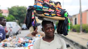 Un jeune vend des chaussettes à Lekki, un quartier de Lagos, le 12 septembre 2017 (image d'illustration).