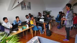 En 2019, ils seront 250 étudiants à se former à la programmation chez Sayna («Intelligence» en malgache) : 4 mois de formation intensive suivis de 4 à 6 mois en alternance dans la société qui s'est d'ores et déjà engagée à embaucher le jeune.