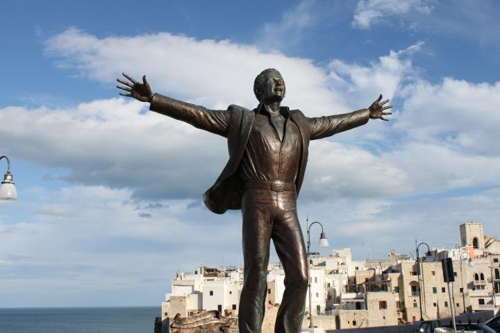"""مجسمۀ دمنیکو مدونیو با اشارهای به ترانۀ """"پرواز"""" در زادگاه او نصب شده است"""