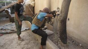 Rebelde sírio fotografado na cidade de Deieal-zor, a 450 km de Damasco.