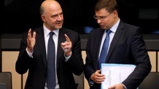 Le commissaire aux Affaires économiques Pierre Moscovici et le vice-président de la Commission européenne Valdis Dombrovskis, le 23 octobre à Strasbourg.
