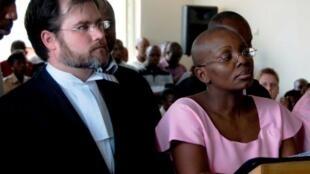 Victoire Ingabire (Kulia) akiwa na Wakili wake  Ian Edwards, Mahakamani mwaka 2011