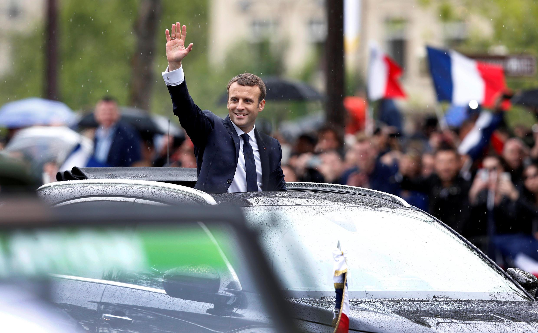 امانوئل ماکرون با یک اتوموبیل روباز «دِ.اس.٧» ساخت فرانسه که هنوز برای عموم به بازار نیامده است به کاخ الیزه بازگشت.