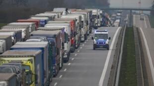 صف کامیون ها در مرز آلمان و لهستان به ۶٠ کیلومتر رسید