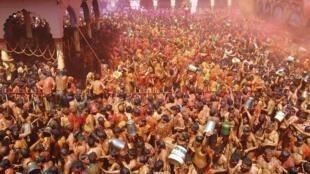 Festa popular Huranga reúne milhares de indianos no templo de Dauji.