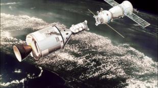 Image de synthèse représentant la capsule soviétique Soyouz rencontrant la capsule américaine Apollo, en juillet 1975.