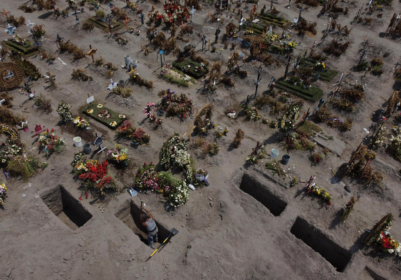 Au cimetière de Vixo, dans l'Etat de Mexico, le 29 juin 2020.