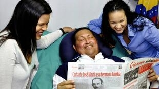 Hugo Chávez recebe a visita de suas filhas no hospital onde estava internado em Cuba; esta foi a última imagem do presidente divulgada pela televisão venezuelana, no dia 15 de fevereiro de 2013.