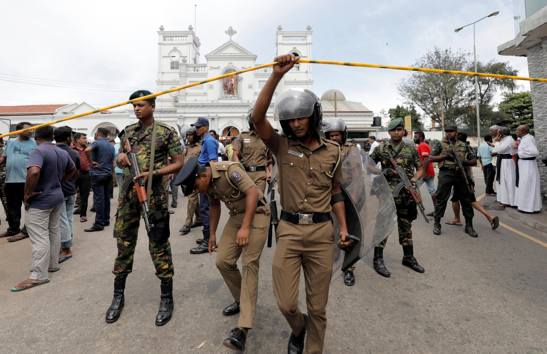 Các quân nhân Sri Lanka trước nhà thờ Saint-Anthony, một trong những địa điểm bị tấn công tại thủ đô Colombo, ngày 21/04/2019.