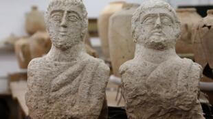 Вырезанные из местного известняка портреты двух бородатых мужчин, скорее всего, были частью надгробий.