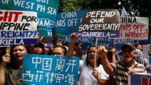2016年7月11日,一些菲律賓活動人士就南海主權爭議在中國駐馬尼拉領館門外抗議示威。