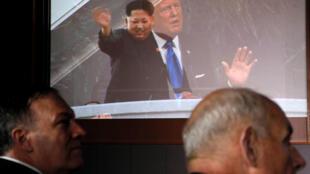 Le secrétaire d'Etat américain Mike Pompeo et John Kelly, chef de cabinet de la Maison-Blanche, devant la vidéo présentée par le président Donald Trump au leader nord-coréen Kim Jong-un à la conférence de presse du sommet à Singapour, le 12 juin 2018.