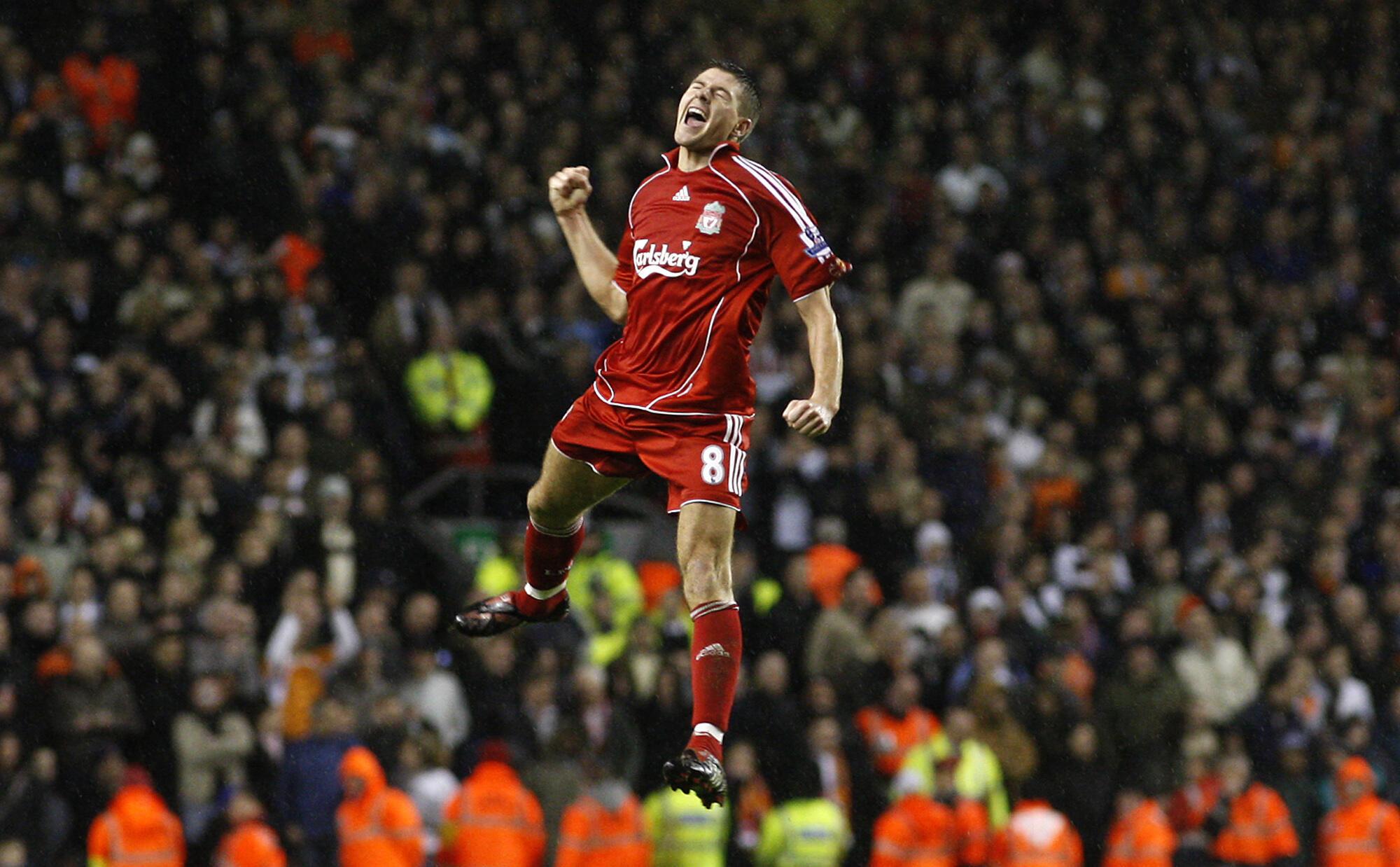 Steven Gerrard a zamanin da yake dan wasa a kungiyar Liverpool. Gerrard yayi tsalle ne bayan jefa kwallo ta 3 a ragar kungiyar Luton, yayin fafatawarsu a gasar cin kofin FA. 15/1/2008.