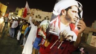 Des opposants brandissent le portrait du cheikh Ali Salman, le secrétaire général d'al-Wifaq,  pendant son interrogatoire. Bilad al-Qadeem, le 28 décembre 2014.