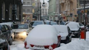 Carros na cidade de Poznan, no centro da Polônia, ficam bloqueados pela neve depositada nas ruas.