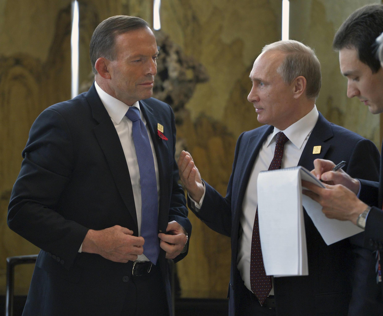 ប្រធានាធិបតីរុស្ស៊ី Vladimir Putin (ស្តាំ)និងនាយករដ្ឋមន្ត្រីអូស្ត្រាលីTony Abbott (ឆ្វេង)នៅក្នុងជំនួបកំពូលAPECនៅប៉េកាំងថ្ងៃ១១វិច្ឆិកា២០១៤