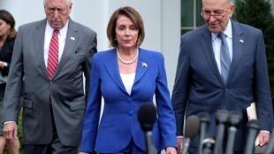 نانسی پلوسی همراه با چاک شامر و استنی هویر، جلسۀ کاخ سفید را ترک کردند