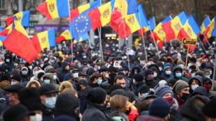 2020-12-06T120618Z_616110592_RC2OHK9ZEL0Z_RTRMADP_3_MOLDOVA-POLITICS-PROTESTS