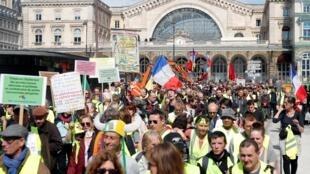 """Protesto dos """"coletes amarelos"""" em Paris em 30 de março"""