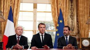 Emmanuel Macron (ao centro) durante a assinatura da lei antiterrorismo que vai substituir o estado de emergência, no palácio do Eliseu, 30 de Outubro de 2017.