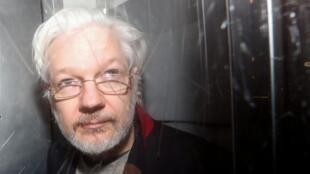 Julian Assange,quando saía do tribunal de Westminster  em Londres, no passado dia  13 de  Janeiro.