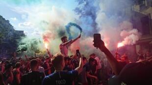 Des supporters de l'équipe de France célèbrent la qualification en demi-finale de la Coupe du monde sur le boulevard Poissonnière, à Paris, le 6 juillet 2018.