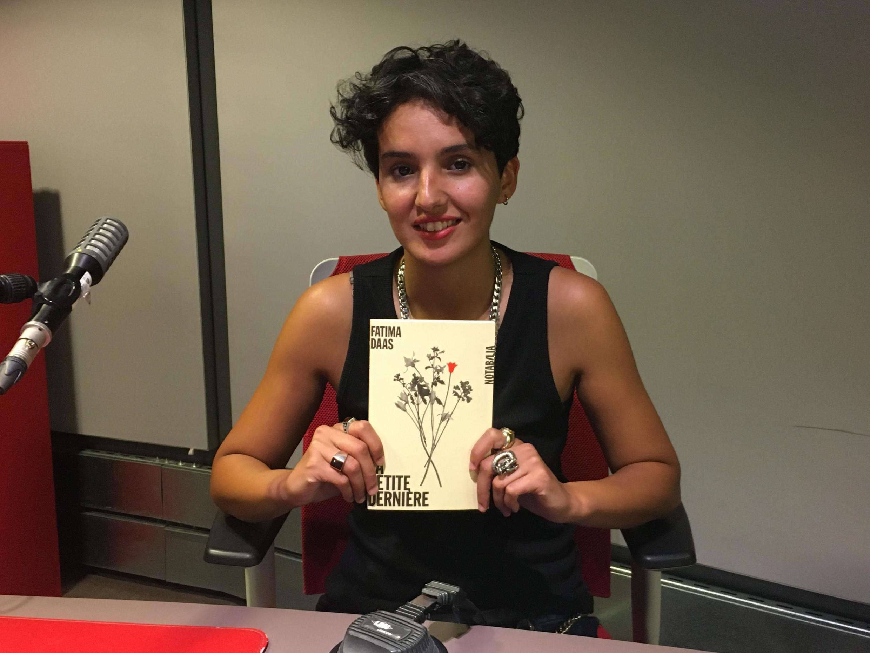 Fatima Daas dans les studios de RFI.
