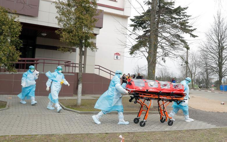 Wasu jami'an lafiya dauke da mai fama da cutar coronavirus a birnin Minsk dake kasar Belarus.