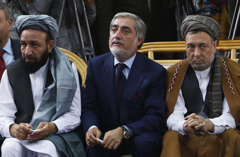 Abdullah Abdullah, entouré de ses deux futurs vice-présidents désignés en cas de victoire à la présidentielle : Mohammed Khan (g.) et Mohammed Mohaqeq (d.).