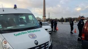 Проверка экологических талонов Crit'air на автомобилях в Париже. Площадь Согласия 10 января 2017