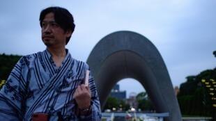 Un homme se tient devant le mémorial aux victimes d'Hiroshma, dans le Parc de la paix, le 6 août 2020, à l'occasion des 75 ans de la première attaque atomique de l'histoire.
