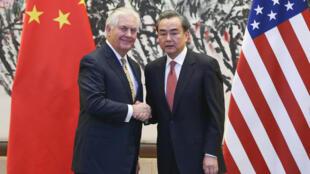 Ngoại trưởng Trung Quốc Vương Nghị (phải) đón người đồng cấp Mỹ Rex Tillerson tại Bắc Kinh ngày 18/03/2017.