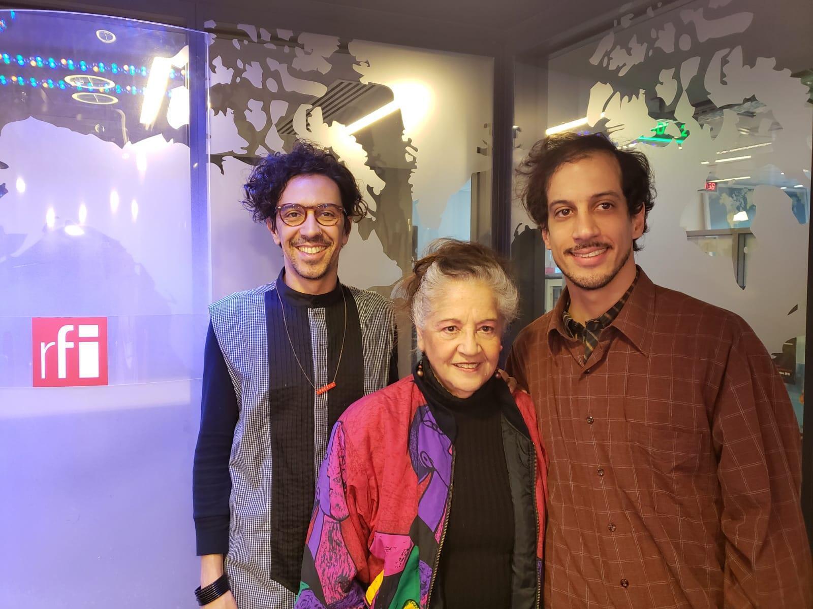 Ione de Medeiros com Herique Mourão e Jonnatha Horta Fontes, atores e produtores do grupo Oficcina Multimédia.