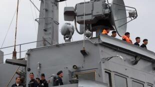 Tàu chở các binh sĩ hải quân Nga cập cảng ở Saint-Nazaire, miền tây nước Pháp ngày 30/06/2014 để học điều khiển chiến hạm Mistral.