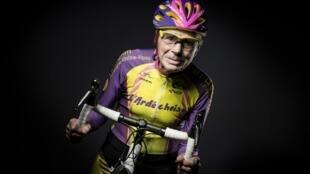 Le cycliste amateur français Robert Marchand, alors âgé de 105 ans, à Paris le 5 janvier 2017