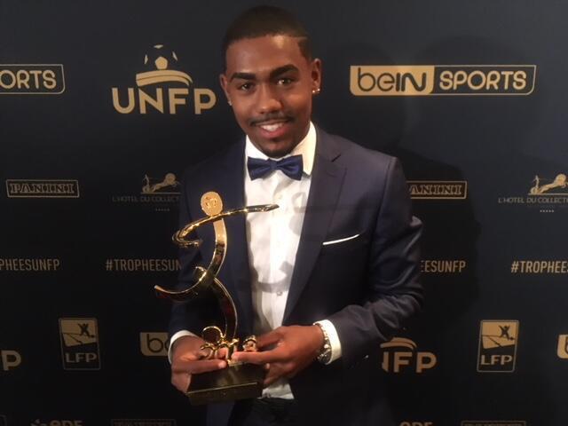Jogador do Bordeaux exibe o troféu de gol mais bonito da temporada