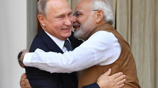 莫迪在印度新德里海德拉巴欢迎到访的普京