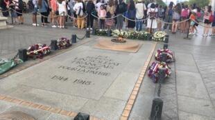 La tombe d'un soldat inconnu sous l'Arc de Triomphe, à Paris.